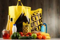 Original- Netto plast- shoppingpåsar och produkter arkivbilder