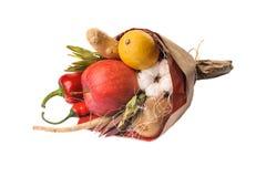 Original- ovanliga ätliga den isolerade grönsak- och fruktbuketten Royaltyfri Fotografi
