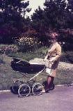 Original- tappningfärgglidbana från 60-tal, ung kvinna som går H Arkivbild