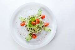 Original- vegetarisk sallad med gurkor och tomat Fotografering för Bildbyråer