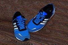 Originalmente scarpe di sport per la gente Immagini Stock Libere da Diritti