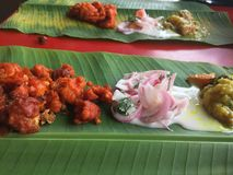 origine tradizionale del pasto del riso della Banana-foglia dall'India immagini stock