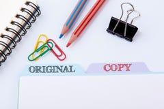 Origineel en Exemplaar Omslagregister op een witte Bureaulijst royalty-vrije stock foto's