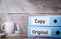Origineel en Exemplaar Twee bindmiddelen op bureau in het bureau Bedrijfs achtergrond stock fotografie