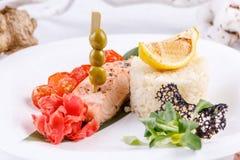 Origineel en smakelijk zalmlapje vlees met een bijgerecht van rijst royalty-vrije stock afbeelding