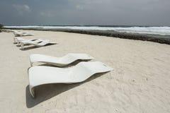 Origineel strand sunbeds Stock Afbeelding