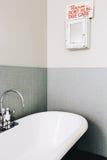 Origineel trek de looppasteken van ` t in een uitstekende gestileerde badkamers aan royalty-vrije stock foto