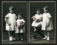 Originele antieke foto - jonge meisjes met bloemen royalty-vrije stock afbeeldingen