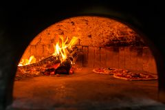 Originele Napolitaanse pizzamargherita in een traditionele houten oven in Napels royalty-vrije stock foto