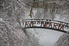 Originele snow-covered brug in stadspark stock foto's