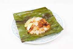 Originele traditionele en eenvoudige nasi lemak in banaanblad Stock Afbeelding