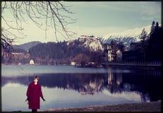 Originele uitstekende kleurendia van jaren '60, vrouw die zich door meer bevinden Royalty-vrije Stock Afbeelding