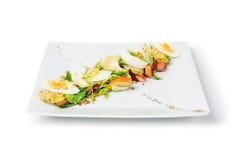 Originele Verse Salade op een Vierkante Plaat Stock Foto's