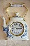 originell retro teapot för klockadesigndatalista Fotografering för Bildbyråer