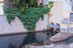 Orihuela, España - Februari 10, 2018: afval in de rivier royalty-vrije stock afbeeldingen