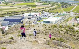 Orihuela Spanien - Juni 22, 2019: Grupp som fotvandrar gå vidare kullen på sommar arkivfoto