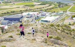 Orihuela, Spanien - 22. Juni 2019: Gruppe, die das Gehen entlang Hügel auf Sommer wandert stockfoto