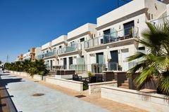 Orihuela Spanien Juni 18, 2016: Lägenheter för turister nära havet Royaltyfri Fotografi