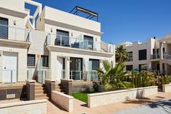 Orihuela Spanien Juni 18, 2016: Lägenheter för turister nära havet Royaltyfria Bilder