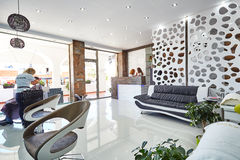 Orihuela Spanien Juni 15, 2016: Skönhetsalong med modern design i europeiskt land Royaltyfria Foton