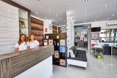 Orihuela Spanien Juni 15, 2016: Skönhetsalong med modern design i europeiskt land Arkivbild
