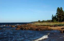 Orilla carelia del mar blanco cerca del pueblo de Pongoma Fotografía de archivo libre de regalías