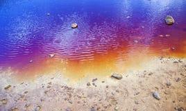 Orilla colorida del lago fotografía de archivo libre de regalías
