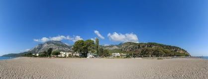 Orilla con las montañas, la playa y el mar Imágenes de archivo libres de regalías
