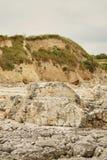 Orilla dálmata rocosa erosionada desigual: mar que riela agudo del revestimiento de piedras con la vegetación seca dispersada en  foto de archivo libre de regalías