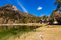 Orilla de Jasna Lake-Kranjska Gora, Eslovenia foto de archivo