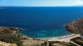 Orilla de la bahía del verano en el mar adriático, Croacia Visi?n desde la colina imágenes de archivo libres de regalías