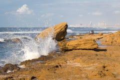 Orilla de la piedra de construcción del paisaje urbano del chapoteo de la onda del mar de la playa Imagenes de archivo