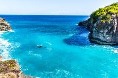 Orilla de la playa de la costa Cliff Rocks de piedra, agua clara del océano, concepto de las vacaciones fotos de archivo libres de regalías