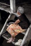 orilla de la vida del oldwoman en amphawa Foto de archivo libre de regalías