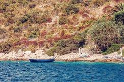 Orilla de mar con poco barco en Maslinica, Solta, filtro rojo Fotos de archivo libres de regalías