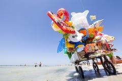Orilla de mar de la playa del vendedor ambulante de las compras por completo de juegos y de la diversión Imagenes de archivo