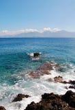 Orilla de mar en la isla de Creta con las montañas Foto de archivo