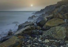 Orilla de mar en la subida del sol Imagen de archivo