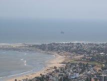 Orilla de mar que parece hermosa del top de colinas con la opinión de la ciudad también Imagen de archivo libre de regalías