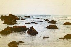 Orilla de mar rocosa Fotos de archivo