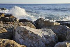 Orilla de mar rocosa artificial Imagen de archivo libre de regalías