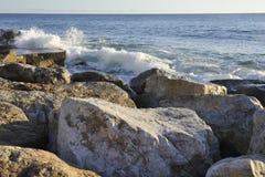 Orilla de mar rocosa artificial Imágenes de archivo libres de regalías