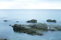 Orilla de mar rocosa hermosa Foto de archivo libre de regalías