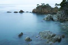 Orilla de mar rocosa hermosa Fotos de archivo libres de regalías