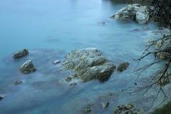 Orilla de mar rocosa hermosa Foto de archivo
