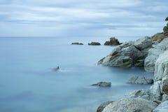 Orilla de mar rocosa hermosa Fotografía de archivo libre de regalías