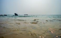 Orilla de mar rocosa hermosa en la salida del sol o la puesta del sol fotografía de archivo