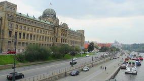 Orilla de Quay en la perspectiva de Praga al castillo de rey, naves de los puentes almacen de video