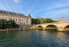 Orilla de río Sena en París imagenes de archivo