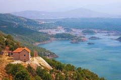 Orilla de Salt Lake Slansko Jezero Niksic, Montenegro Imagenes de archivo